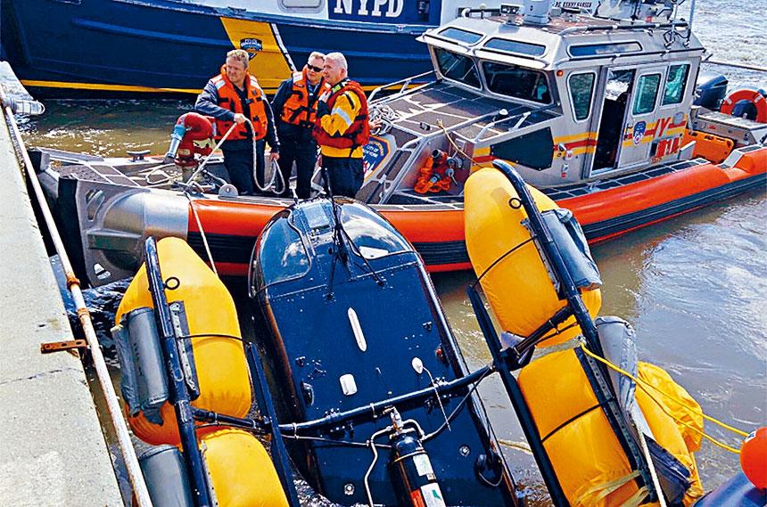 當局把嚴重受損的直升機打撈上水。紐約市消防局圖片