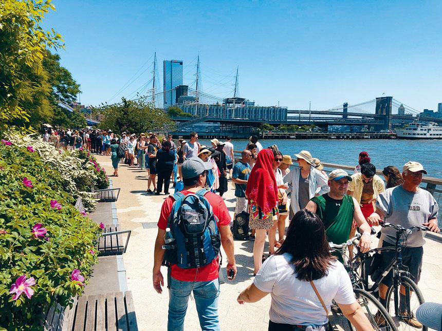 乘客不滿紐約市渡輪安排失當,令碼頭外大排長龍。推特圖片
