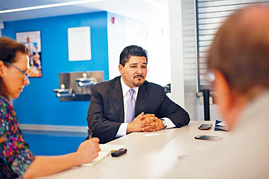 市教育總監卡蘭薩(Richard Carranza)大力打擊教育系統內的白人至上主義。 Kevin Hagen/紐約時報