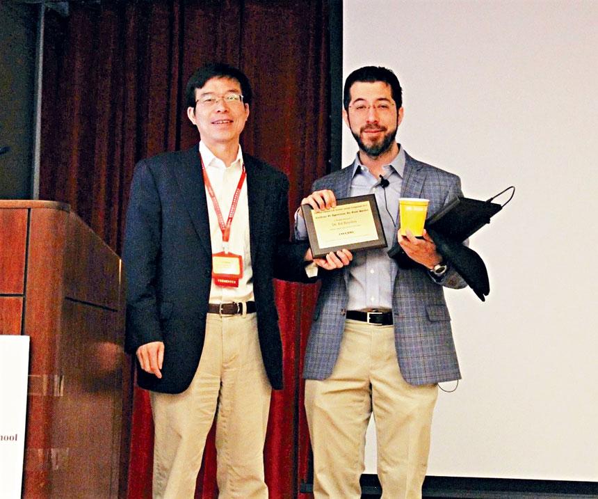 主持人張毅教授(左)給博伊登院士(右)頒發獎牌。 主辦方提供