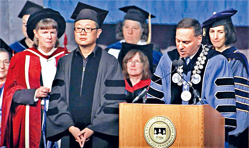 劉慈欣(左二)獲得榮譽文學博士學位。主辦方提供