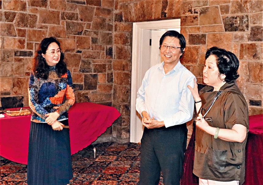 (左起)張西、高迪、梁雁文在活動中致詞。