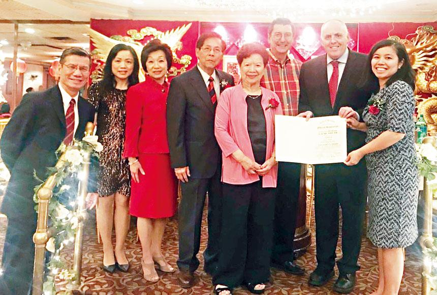 費連(右二)給耆英會頒發市議會的嘉獎狀。