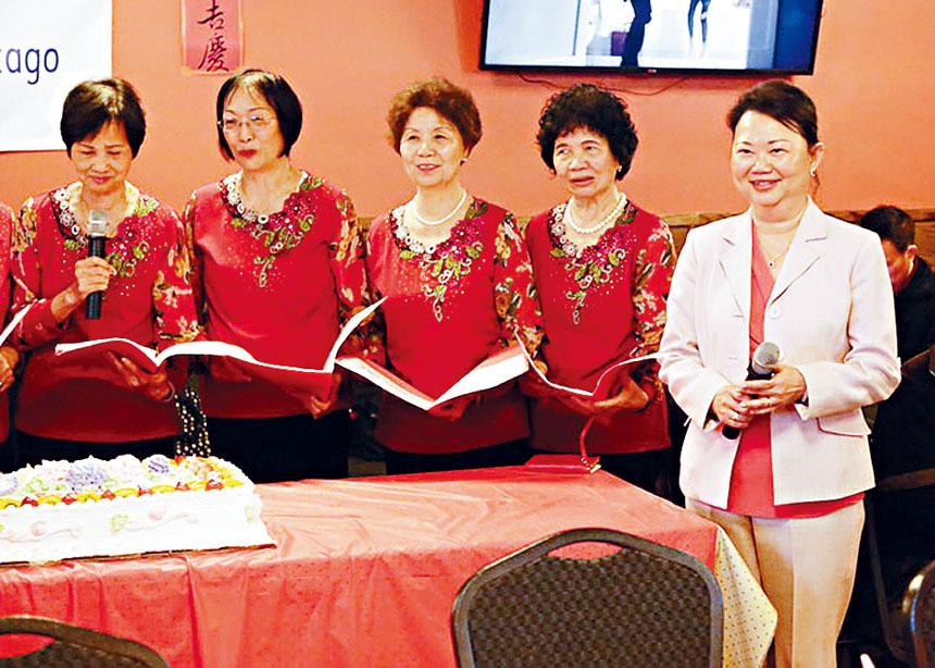 中華會館主席黃于紋(右1)與中華合唱團成員祝福天下慈母,有一個快樂的母親節。中華會館提供