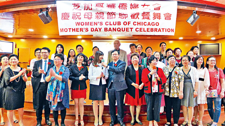 婦女會會長駱雪絲(前左4)、黃鈞耀處長伉儷(前左5、6)及嘉賓們合唱「世上只有媽媽好」。梁敏育攝