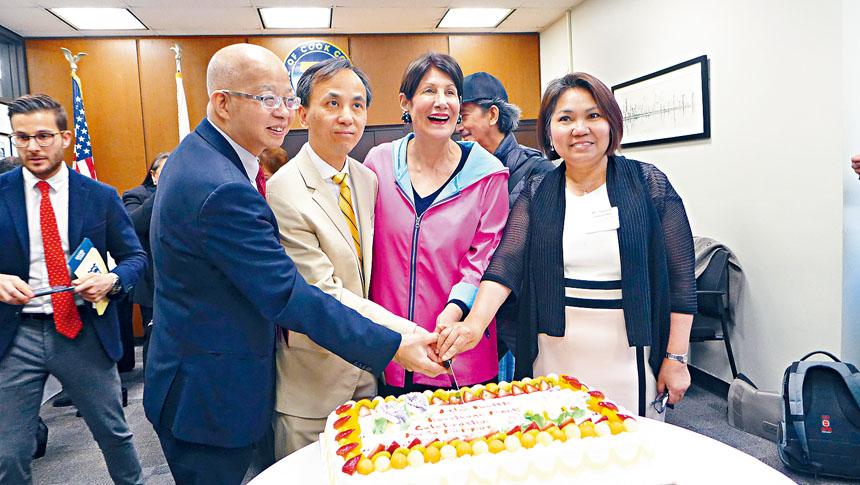 慶祝五月亞太裔傳統月,庫克郡財務長帕帕斯(右2)與劉軍副總領事(左2)一起切蛋糕。梁敏育攝