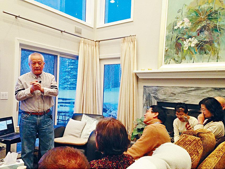 知名畫家楊遠威老師在文化村為喜愛藝術的與會者講解西方美術史。主辦方提供