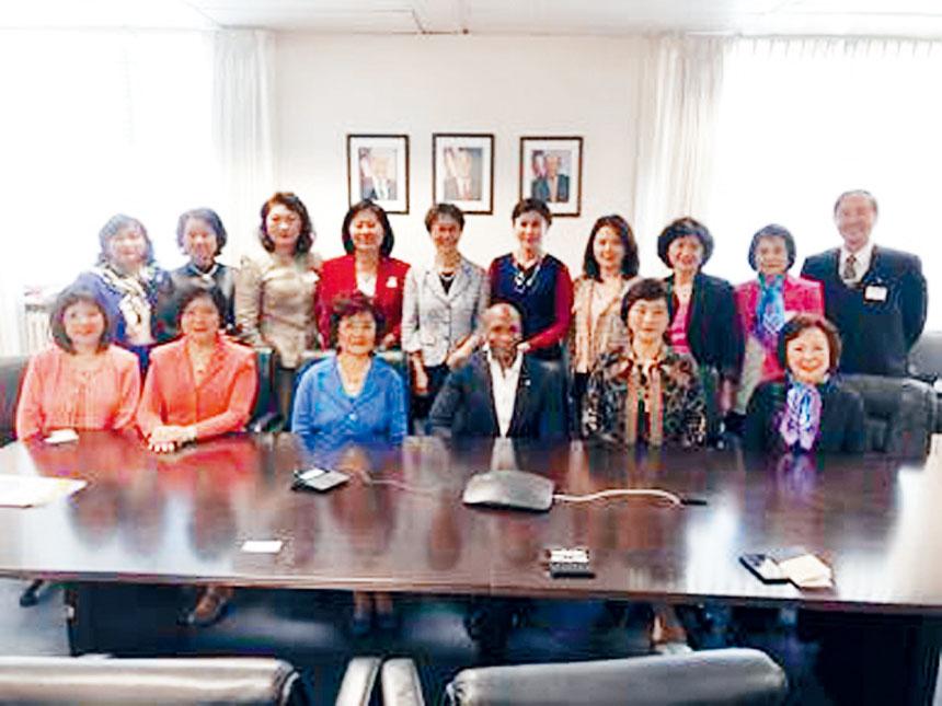 世華總會訪問團與美國國家少數民族中小企業助理部長(圖前排右三)與會並合影。