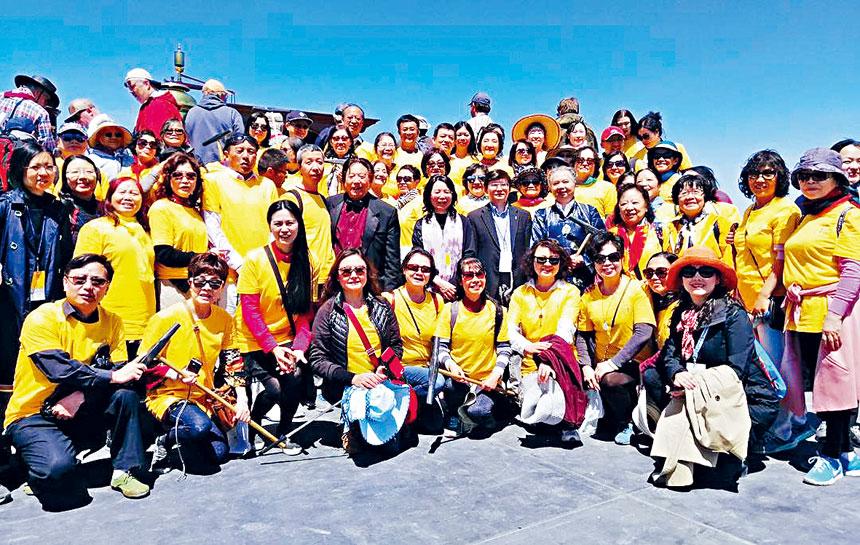 徐學淵公使(二排右七)在金釘節慶典現場與華人華僑合影。