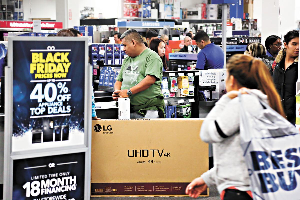 美國4月零售銷售錄得三個月內的第二次下降。圖為紐約市民在商店購物。新華社資料圖片