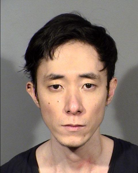 33歲的Chan Sun Park疑失業情緒不穩 膠綑年長親戚 拿菜刀無端猛刺另名男子 將以謀殺未遂和暴力襲擊等罪名起訴。LVMPD