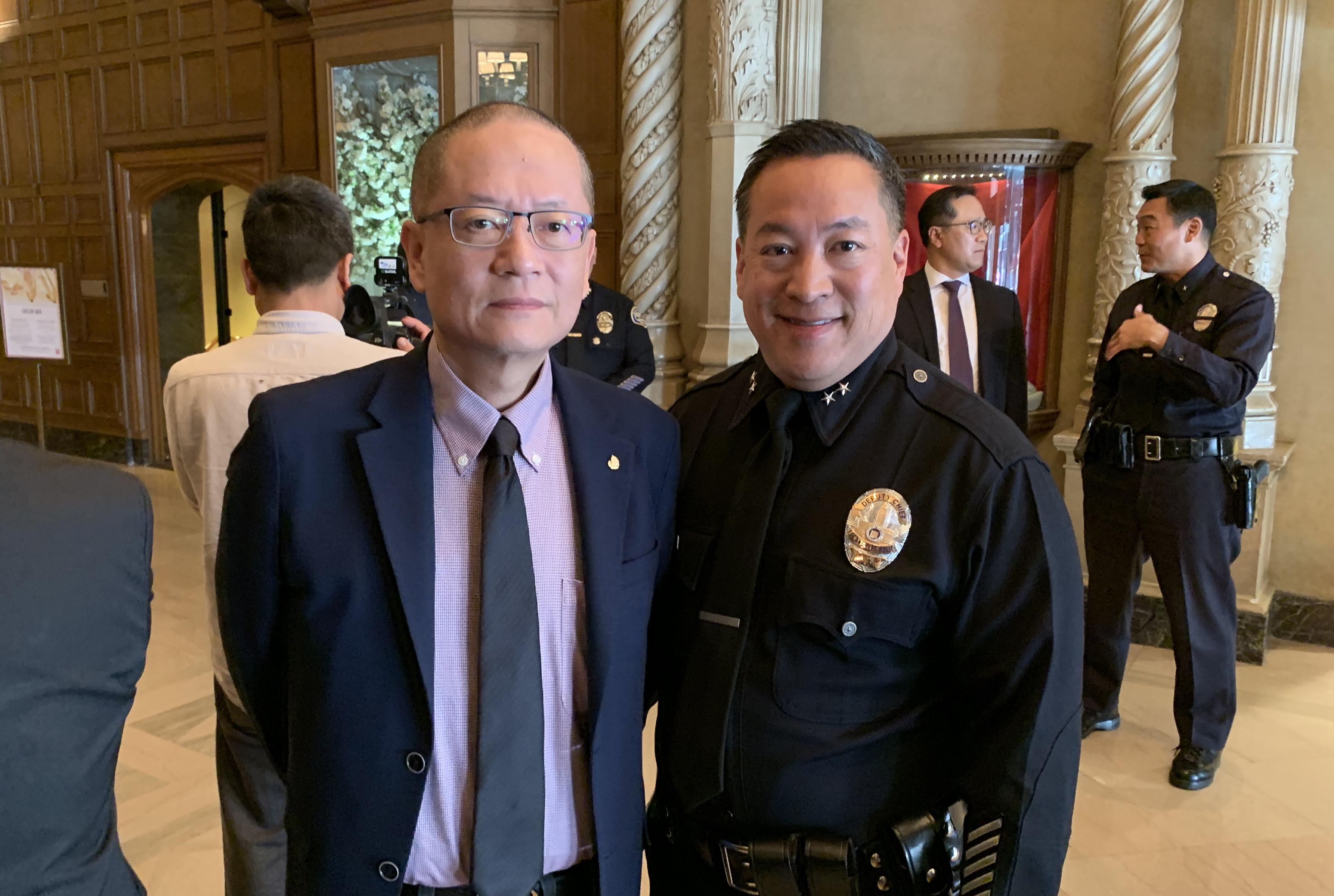 星島日報總經理余寧(左)向洛杉磯市警局副局長周寶來道賀。