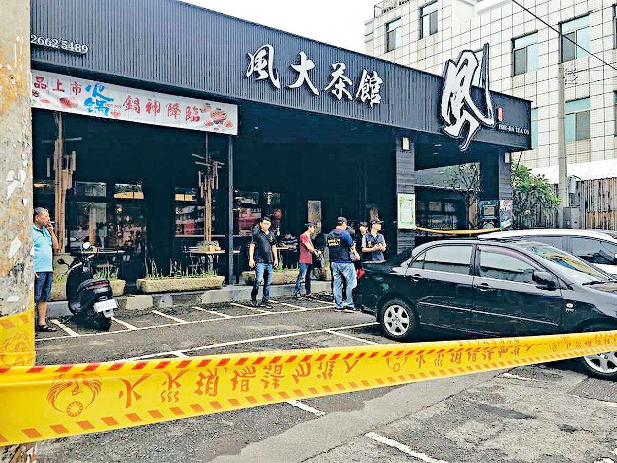台中市沙鹿區中山路一家茶館18日發生槍擊案,造成一死兩傷,圖為警方到場調查並拉起封鎖線。中央社