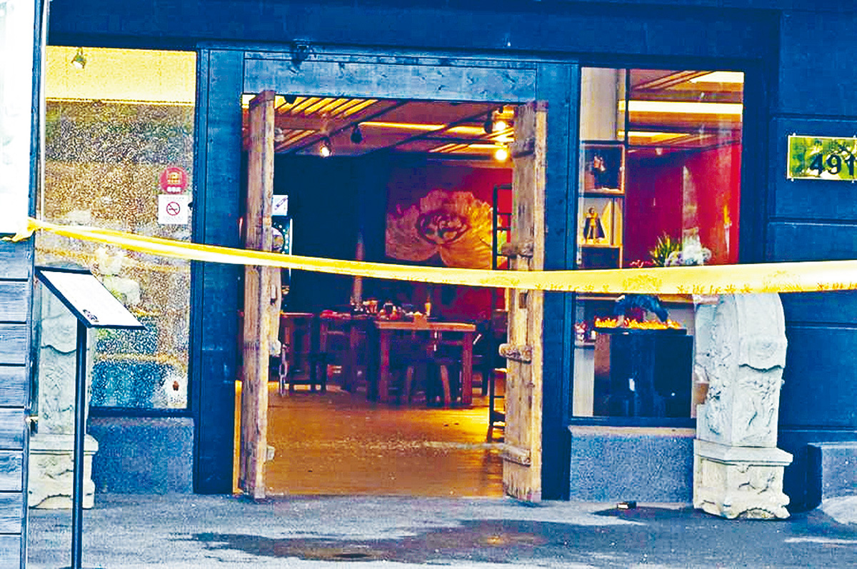 茶館的門窗被子彈擊碎。 網上圖片