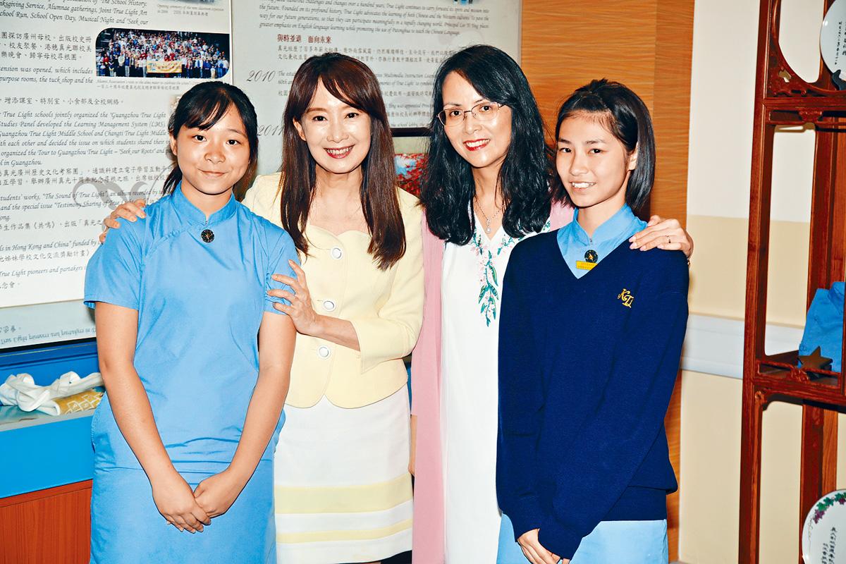 ■陳美齡(左二)前晚於香港一所中學舉行講座,分享經驗。