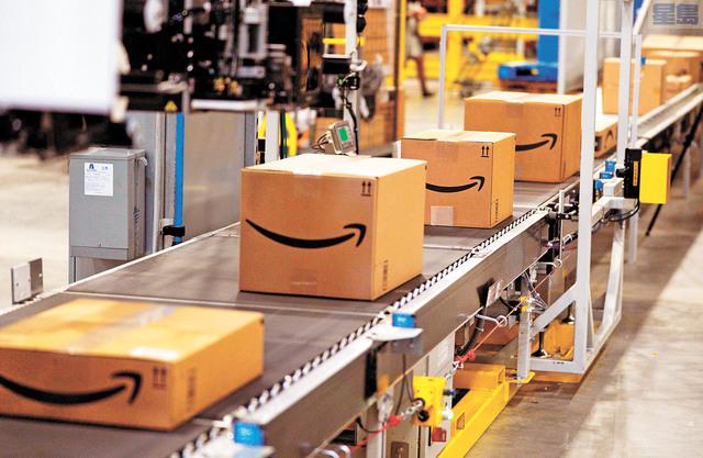 上個月,亞馬遜公布的第一季度利潤創下紀錄。圖為亞馬遜公司在打包訂單上的貨物。法新社