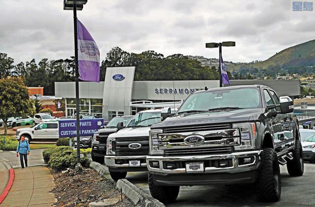 福特希望通過裁員削減成本來,圖為銷售處停放的全新福特汽車和卡車。法新社
