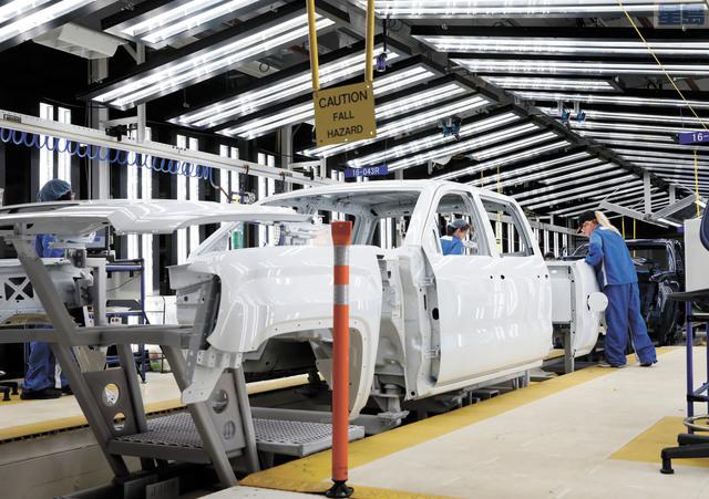 工人在通用汽車裝配廠檢查皮卡車車架。彭博社資料圖片