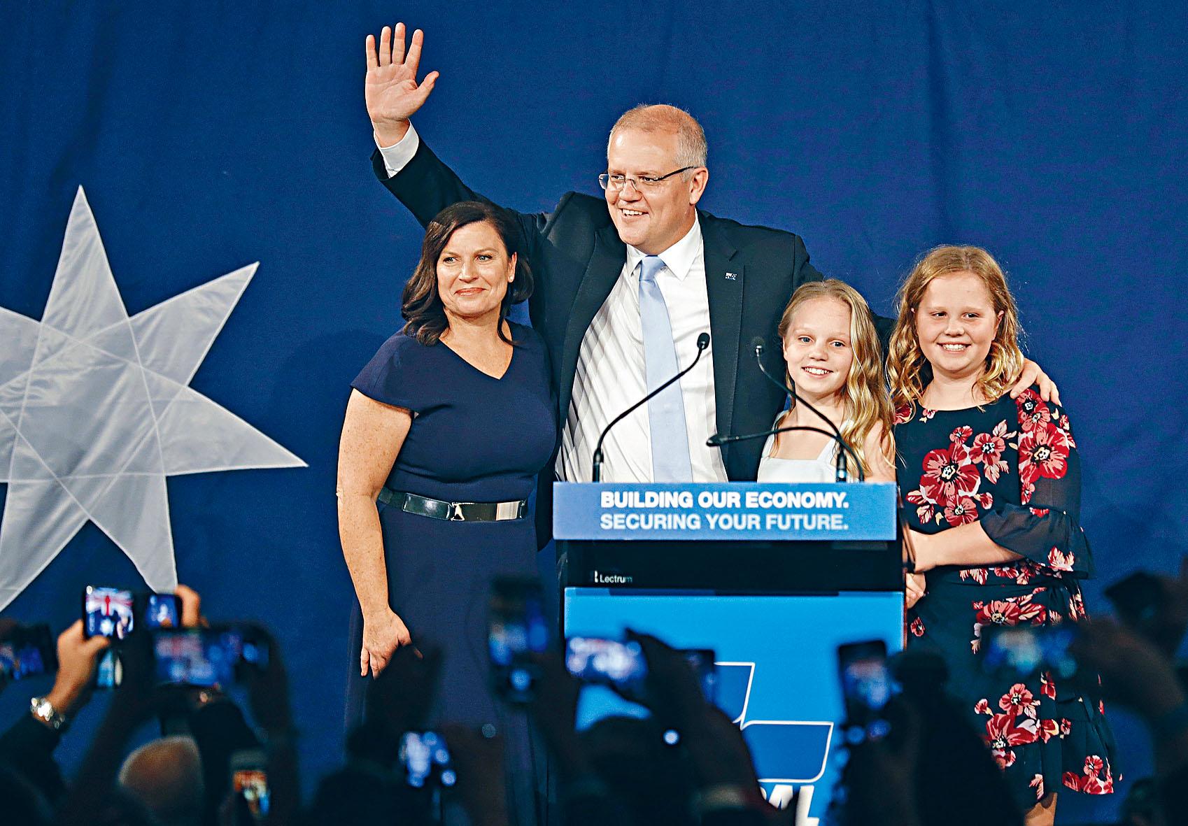 澳洲總理莫里遜在對手承認敗選後,與妻女一起向支持者謝票。美聯社