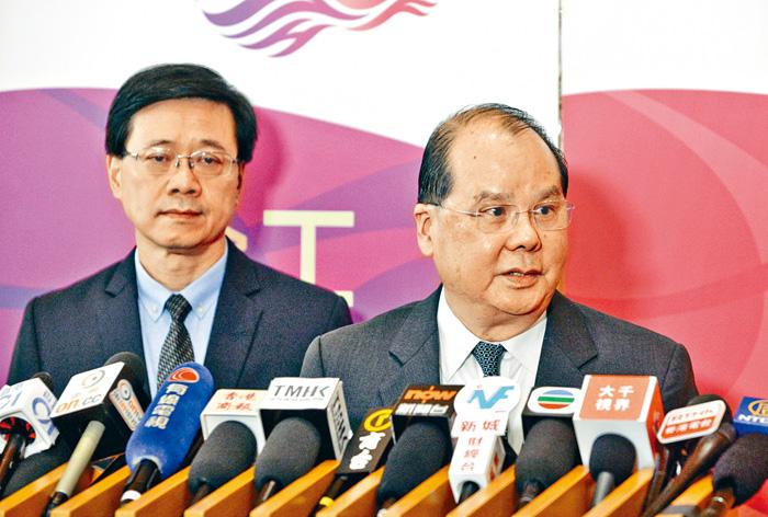 政務司司長張建宗(右)表示,立法會內部程序爭拗,應由立法會自行處理。黃賢創攝