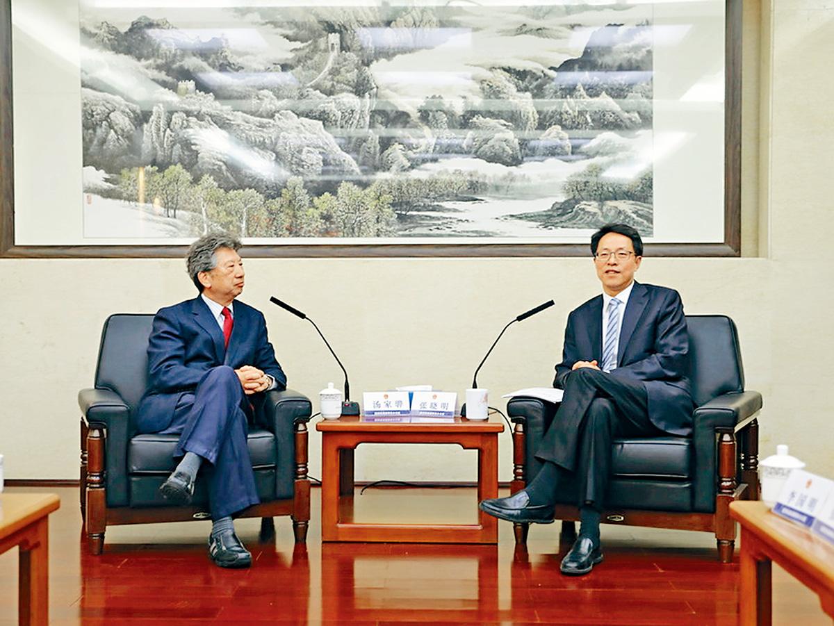 張曉明(右)與湯家驊會晤時,指出香港修訂《逃犯條例》是「必要、恰當、合理合法、不必多慮」。港澳辦網頁圖片