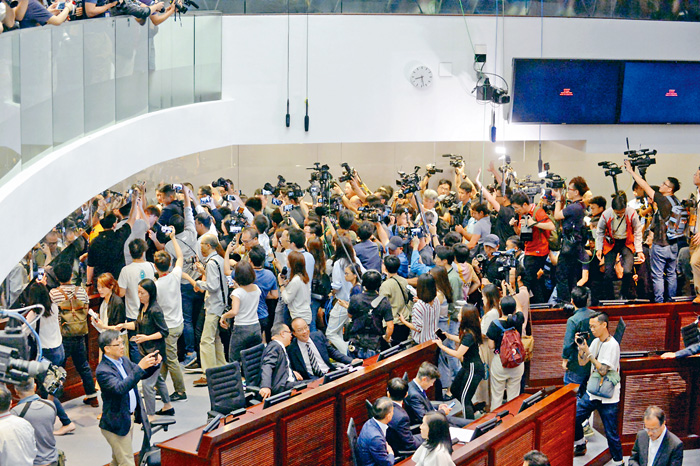 「鬧雙胞」的立法會《逃犯條例》修訂法案委員會,十四日會議再度混亂。