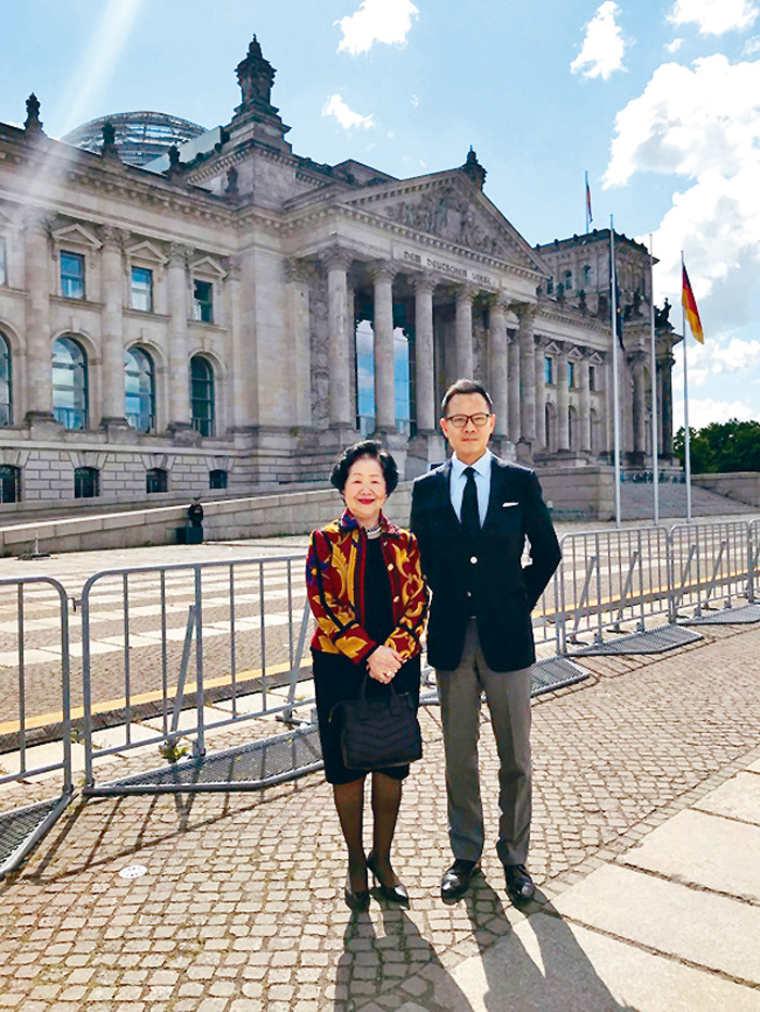 公民黨法律界議員郭榮鏗正與前政務司司長陳方安生訪問德國(圖)
