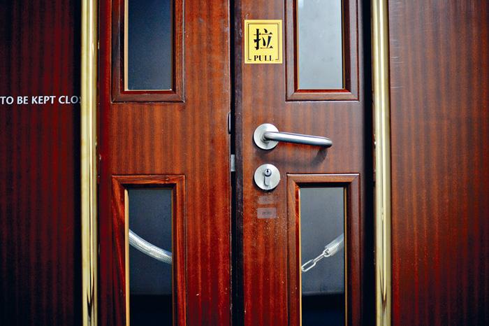 立法會秘書處以鐵鏈鎖上會議室出入口。蘇正謙攝