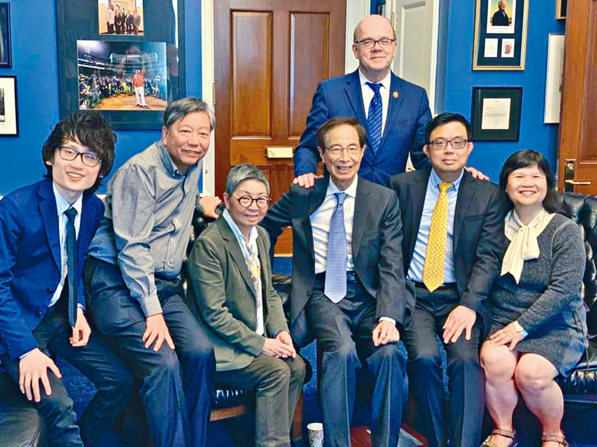 泛民訪美團與美國國會中國委員會主席McGovern合照。