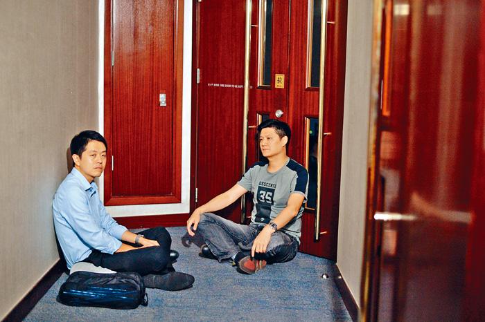 泛民議員譚文豪(右)及許智峰十三日晚闖入立法會,在會議室外走廊通宵留守。蘇正謙攝