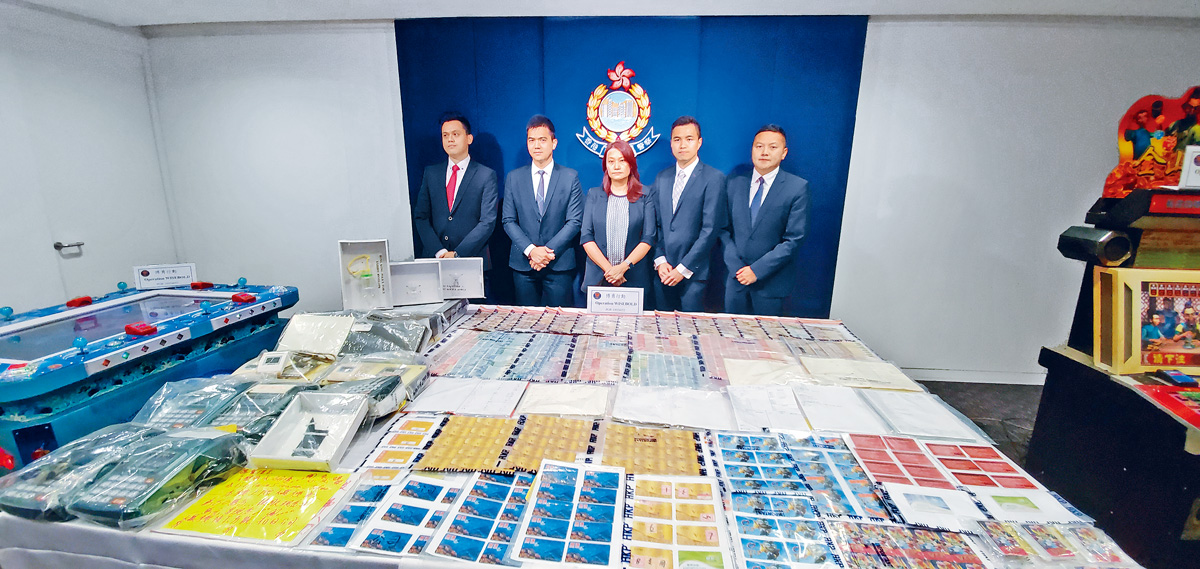 ■警方講述行動經過及展示搜獲的證物。楊偉亨攝