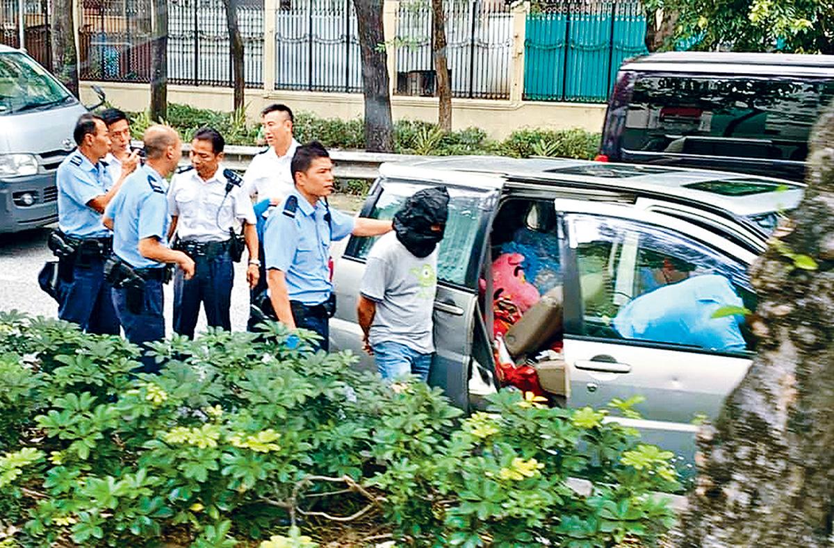 警押疑犯搜賊車。                網上圖片