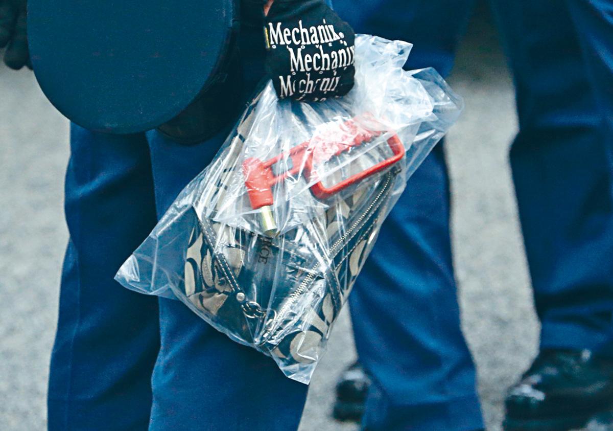 警方在賊車搜出爆車窗神器及檢走被搶名貴手袋。