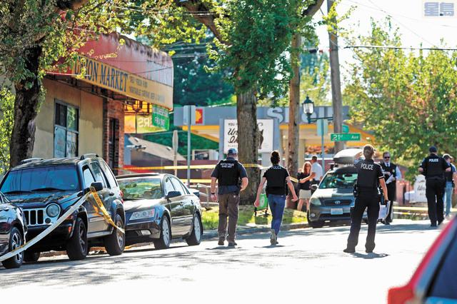 警方在槍案現場調查。Bettina Hansen/西雅圖時報/美聯社