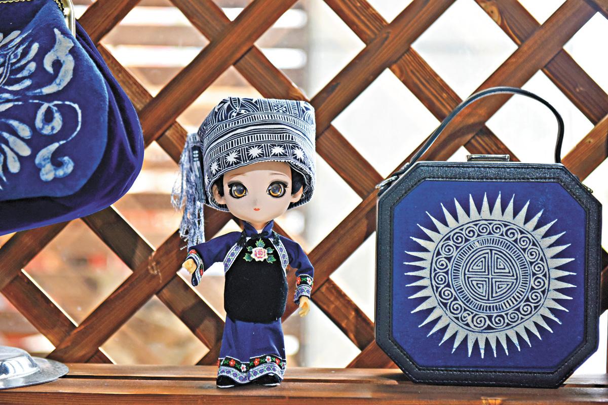 手工玩偶和手提包的成品。