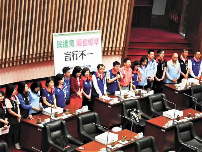 國民黨高雄巿議員力挺韓國瑜,並批評民進黨兩套標準、言行不一。中央社