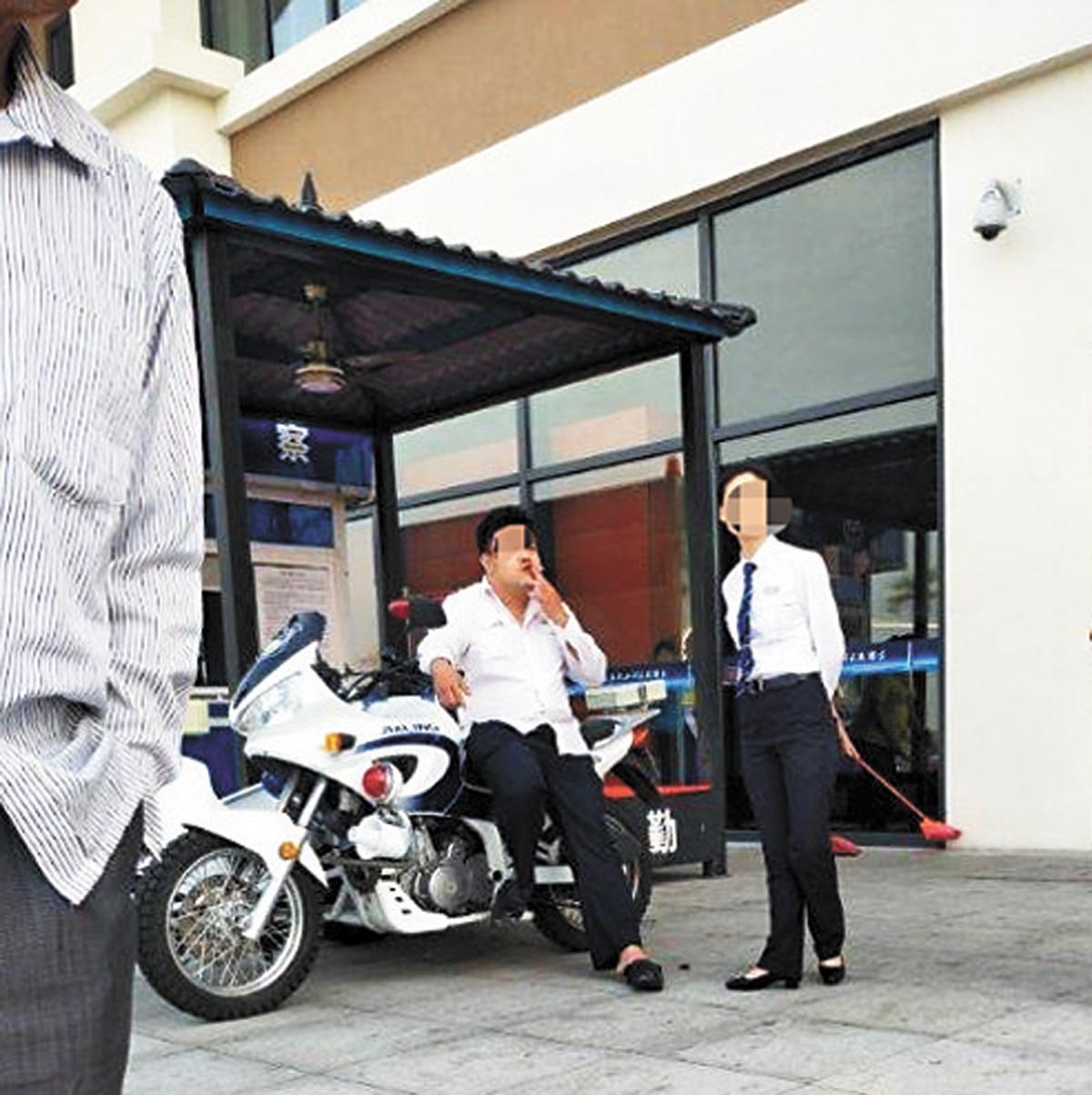 老人暈倒在地,裴某璟坐在警用電單車上吸煙。網上圖片
