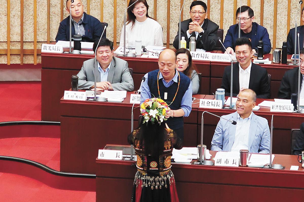 韓國瑜將參加電視政見會,圖為國民黨高雄市議員15日在市政總質詢時,送上一條琉璃珠項鍊給市長韓國瑜,代表族人力挺他。中央社