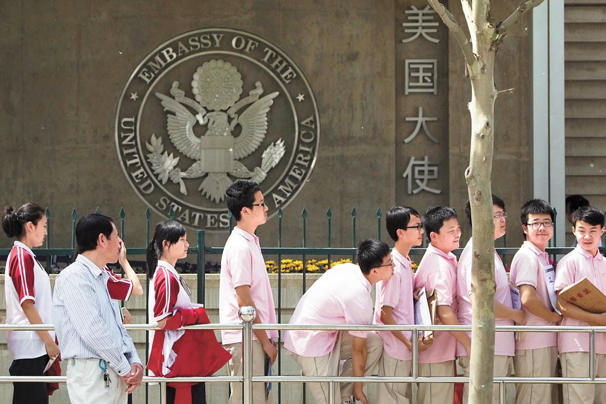 中國學生在美國駐北京大使館,排隊等待簽證面試。資料圖片