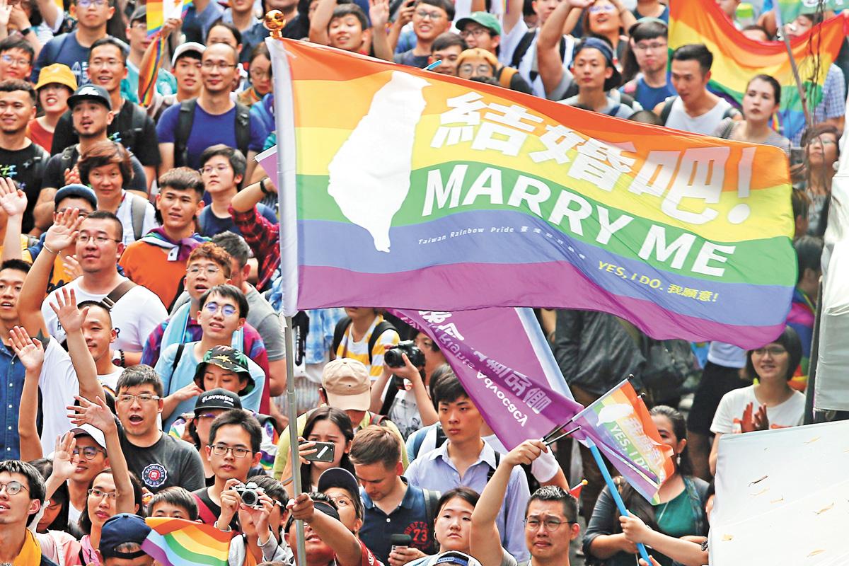 台灣立法院17日通過同性婚姻專法,場外大批挺同民眾揮舞彩虹旗,見證歷史性的一刻。 中央社