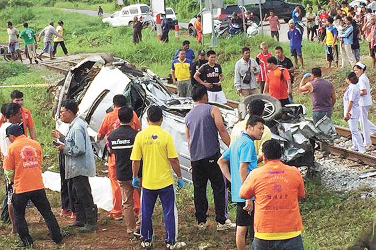 被撞擊的皮卡車破損嚴重,翻倒在鐵路交叉口約50米處。網上圖片