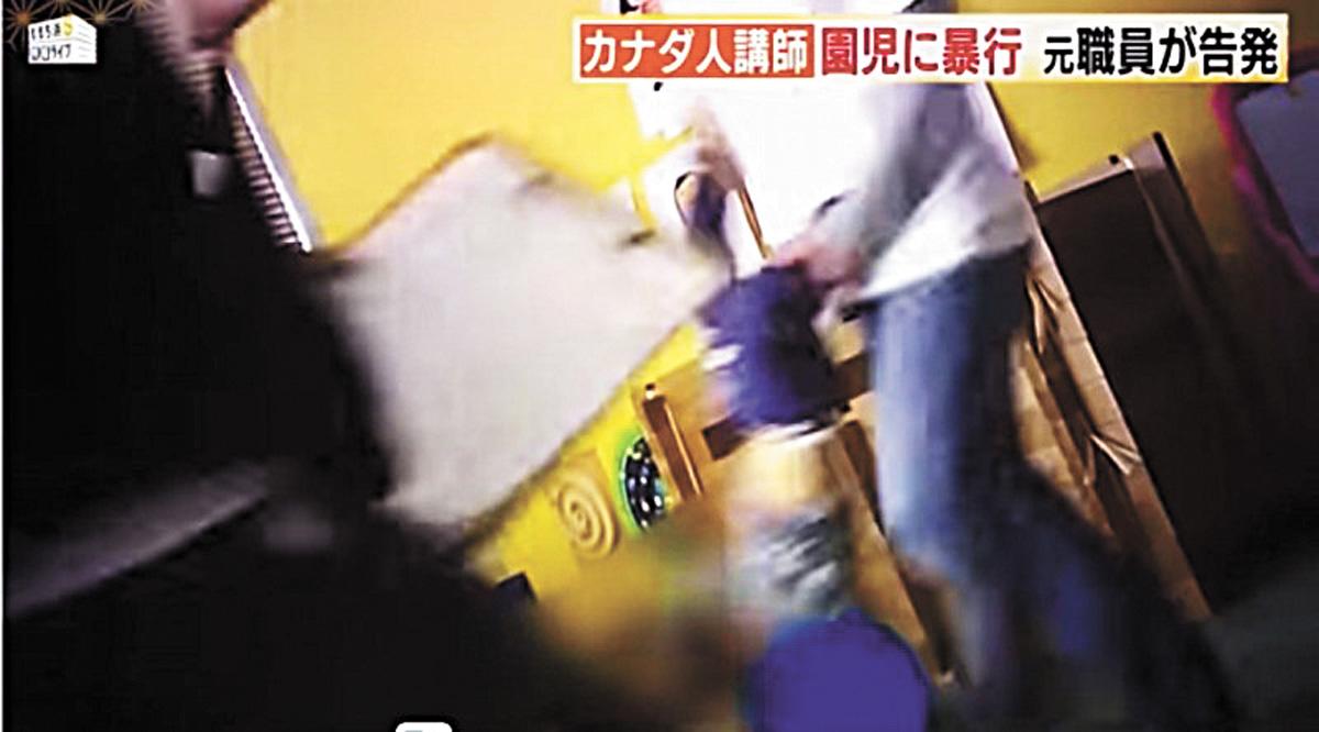 外籍教師抓著幼童腳踝倒掛走路。網上圖片