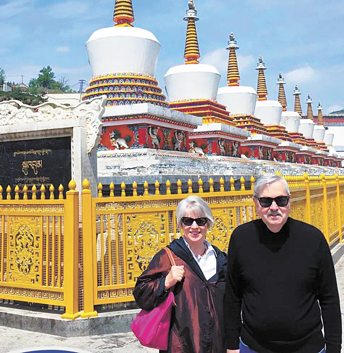 美國駐華大使和夫人參觀青海省魯沙爾鎮塔爾寺。網上圖片