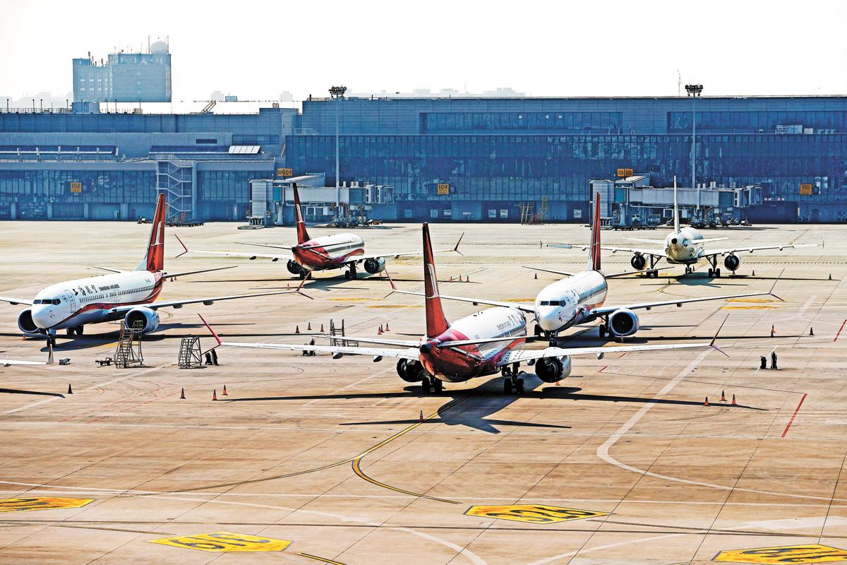 上海航空的波音737MAX機型飛機停在虹橋國際機場停機坪上。中新社