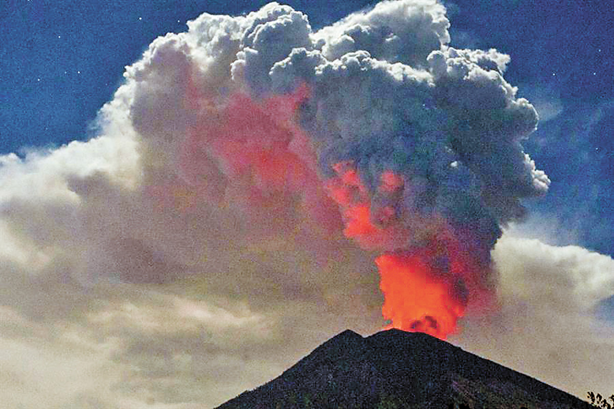 印尼阿貢火山噴發,火光沖天。網上圖片
