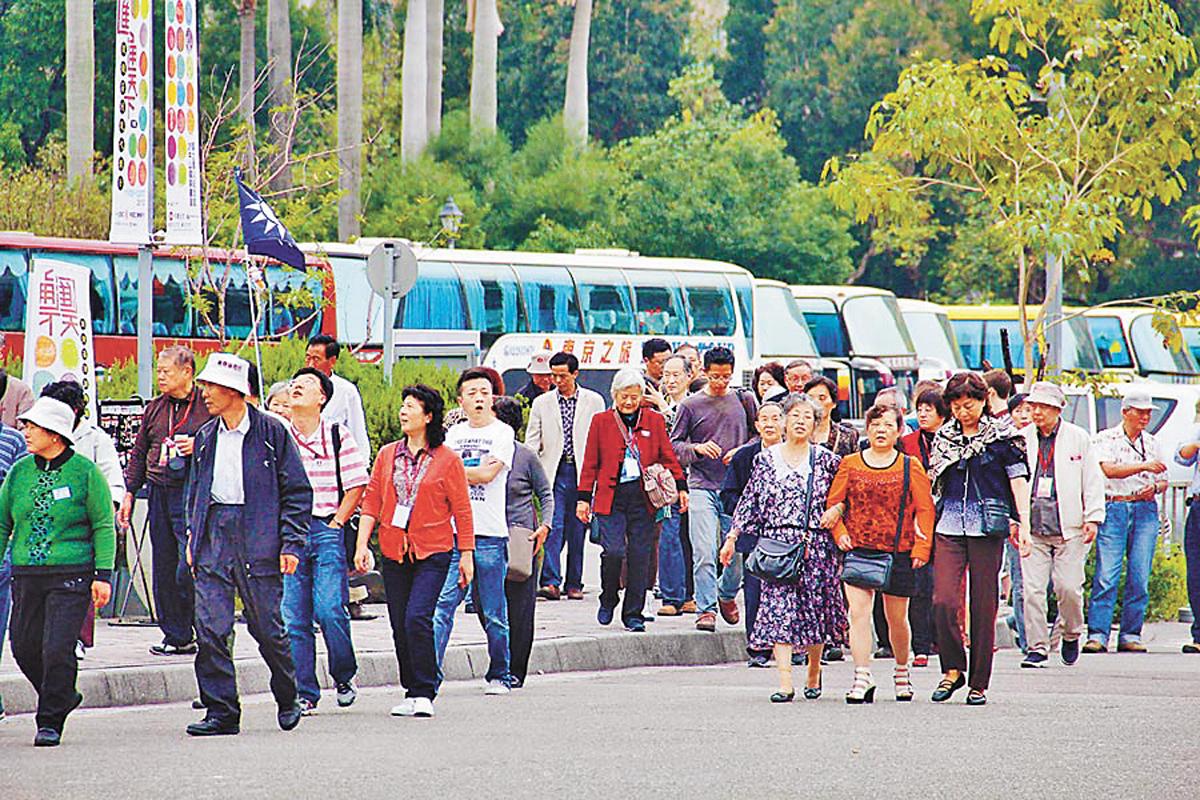 前交通部長陳建宇24日指出,蔡英文執政3年,台灣觀光已剩下半條命。圖為孫中山紀念館參觀的陸客。網上圖片