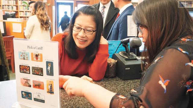 李孟賢夫人林進敏還在華埠圖書館現場辦理了圖書證。記者黃偉江攝