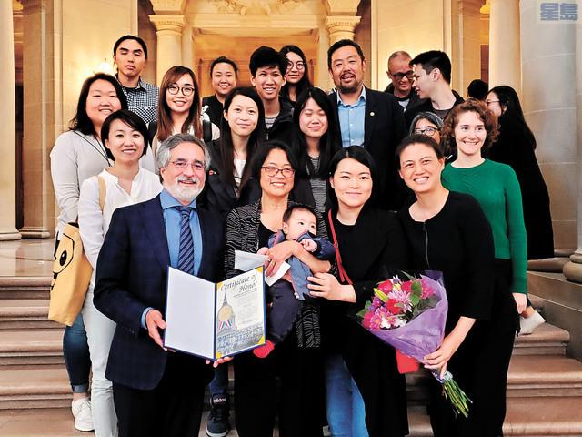 第三區市參事佩斯金(一排左一)為華協中心搬遷部經理林梁淑萍(一排左二)頒發嘉獎狀。