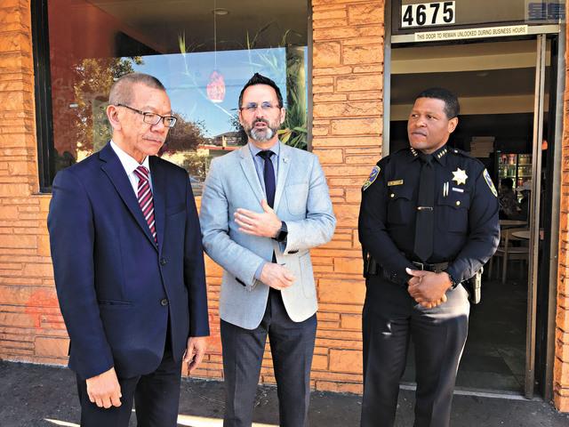 (左起)市參事會主席余鼎昂、市參事安世輝及警察局長施革今年1月底就大王西餅店事件表達歉意。 記者徐明月攝