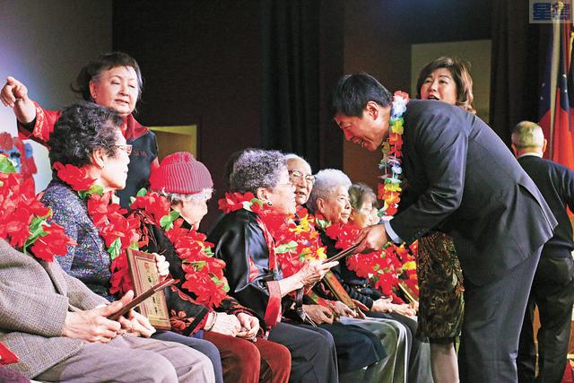 馬鍾麟為90以上耆英頒發賀狀。記者彭詩喬攝